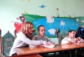Kinder, die eine logopädische Förderung benötigen, werden hier von einer Freiwilligen in Marokko unterstützt.