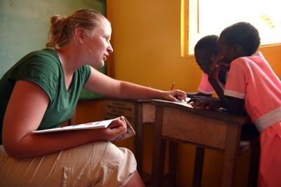 Eine Freiwillige gibt eine Logopädie - Sitzung in Ghana