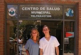 Eine Freiwillige erlernt in einem Workshop das Nähen von Wunden mit Operationsbesteck im Medizin - Praktikum in Argentinien.