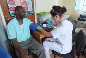 Blutdruck messen ist eine der Aufgaben, die auf Praktikant/innen im Humanmedizin - Praktikum auf Jamaika zukommt.
