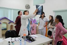 Eine Ärztin wertet zusammen mit Praktikant/innen im Medizin - Projekt in Mexiko den Befund auf einem Röntgenbild aus.