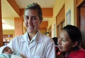 Als Freiwillige im Medizin - Praktikum in Peru versorgt diese junge Frau eine Wunde an der Hand eines kleinen Jungen.