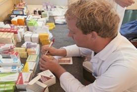 Eine Freiwillige macht Notizen während der Visite in einer Familien - Praxis in Rumänien, wo unser Medizin - Praktikum stattfindet.