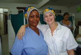 Eine Freiwillige zusammen mit der Oberschwester in einer Klinik in Arusha, wo unser Krankenpflegepraktikum und Medizin - Praktikum in Tansania stattfinden.