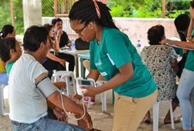In regelmäßigen Check-ups untersuchen unsere Freiwilligen im Public Health - Praktikum die Dorfbewohner verschiedener Gemeinden und leiten sie bei Bedarf an Fachärzte weiter.