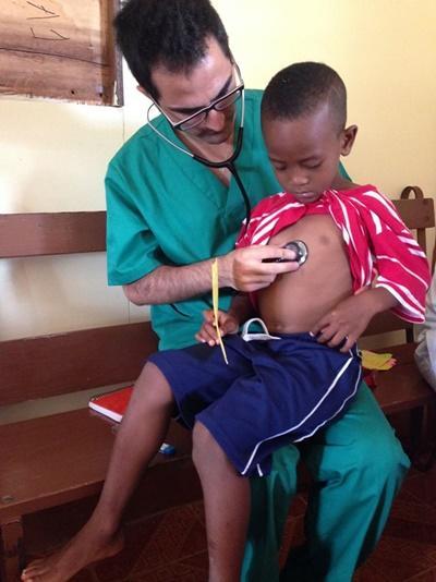 Freiwilliger untersucht jungen Patienten im Medizin – Praktikum in Jamaika