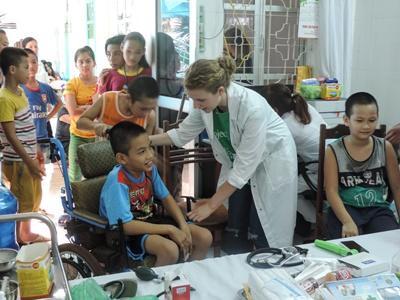 Freiwillige Camilla bei der Arbeit im Medical Outreach im Medizin-Praktikum in Vietnam