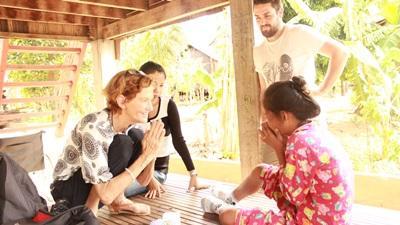 Freiwillige von Projects Abroad  stellt sich einem Mädchen vor