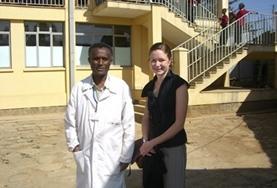 Leitender Physiotherapeut und unsere Praktikantin vor dem Therapiezentrum in Addis Abeba, Äthiopien.