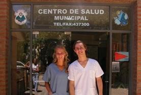 Zwei Physiotherapie - Praktikantinnen vor einem Gesundheitszentrum in Guadalajara.