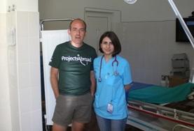 Eine Therapeutin zusammen mit einem Praktikanten aus Italien im Krankenhaus in Brasov, wo unser Physiotherapie - Praktikum stattfindet.