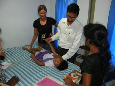 Therapiestunde in einem Krankenhaus in Panadura, wo neben dem Physiotherapeuten und dem Praktikanten auch die Mutter des kleinen Patienten anwesend ist.