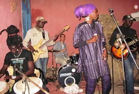 Am Schlagzeug unterstützt unser Freiwilliger eine senegalesische Band im Musik - Projekt mit Projects Abroad.