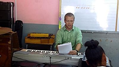 Ein Freiwilliger von Projects Abroad gibt Keyboard - Unterricht