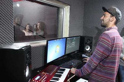 Ein Freiwilliger nimmt im Studio Gesänge auf während seines Musikproduktions – Praktikums in Kapstadt, Südafrika