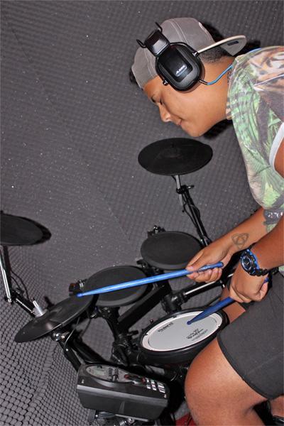 Dummer im Studio bei Aufnahmen mit Roland V electric drum kit