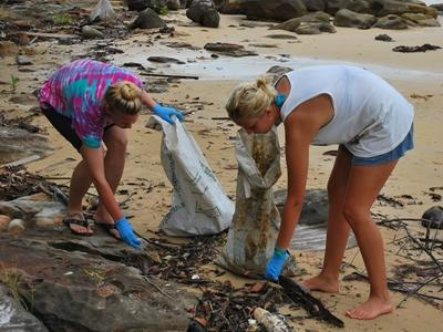 Zwei Freiwillige im Naturschutz – Projekt reinigen den Strand in Kambodscha von Müll und Treibgut