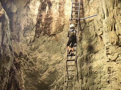 Freiwillige im Naturschutz – Projekt in Costa Rica klettert in die Terciopelo Höhle im Barra Honda Nationalpark in Costa Rica mit Projects Abroad