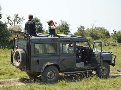 Freiwillige in einem Jeep auf Erkundungsfahrt im Soysambu Reservat in Kenia