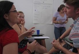 Zwei Freiwillige sprechen im Menschenrechts - Praktikum in Argentinien mit einer Frau während einer Aufklärungskampagne über häusliche Gewalt in Cordoba.