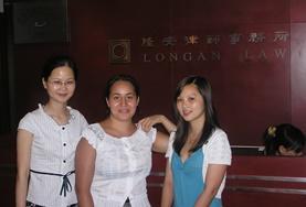 Eine Freiwillige zusammen mit Juristinnen der Kanzlei, in der sie ihr Jura-Praktikum in China absolviert.