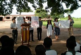Unsere Freiwilligen während einer Aufklärungskampagne zu Frauenrechten und häuslicher Gewalt im Menschenrechts - Praktikum in Ghana.