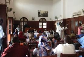 Freiwillige des Menschenrechts - Projekts nehmen an einem Gemeindetreffen im Senegal teil, um für ihre Projektarbeit dringende rechtliche Problemfelder der Bevölkerung zu identifizieren.