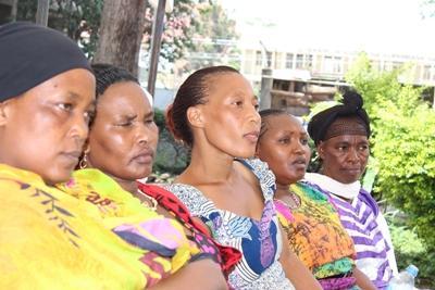 Eine Frauengruppe lauscht einem Vortrag über Frauenrechte im Menschenrechts – Projekt in Tansania mit Projects Abroad