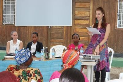 Am internationalen Frauentag in Tansania hält eine Freiwillige eine Präsentation