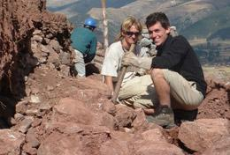 Im Inka- und Wari Archäologie - Projekt speziell für Schüler/innen ist ein deutscher Freiwilliger zusammen mit einer Projektkoordinatorin mit der Freilegung eines alten Pfades beschäftigt.