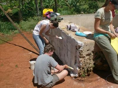 Freiwillige im Schulferien – Special arbeiten an neuen Sanitäranlagen für Jamaikas Schulkinder