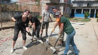 Freiwillige im Katastrophenhilfe - Projekt in Nepal