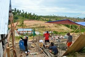 Schüler/innen können sich in ihren Schulferien auf den Philippinen in einem Hausbau - Projekt engagieren und gleichzeitig einen Englisch-Sprachkurs absolvieren.