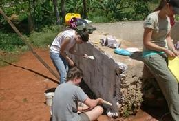 Ziegel für Ziegel entsteht durch Teamwork unserer Freiwilligen die Wand eines neuen Toilettentraktes im Schulferien - Special in Jamaika.