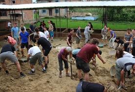 Unsere Freiwilligengruppe aus internationalen Schüler/innen hebt in den Schulferien zusammen ein Fundament im Hausbau - Projekt in Nepal aus, um beim Bau einer neuen Schule zu helfen.