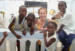 Eine Freiwillige im Schulferien - Special übt während ihres Freiwilligendienstes im Senegal mit den Kindern einer Vorschule auf Französisch die Buchstaben des Alphabets.