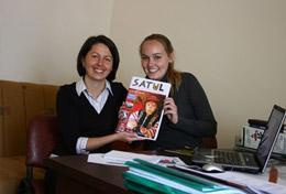 Stolz präsentiert eine Schülerin im Schulferien - Special Journalismus in Rumänien eine Ausgabe der Zeitschrift, an der sie selbst mitgeschrieben hat.
