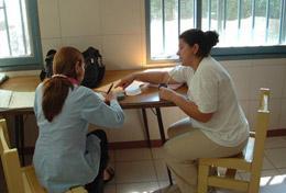 Während der Freiwilligenarbeit im Menschenrechts - Projekt in Argentinien lernt diese Schülerin als Teil des Projektes Spanisch von einer Privatlehrerin.