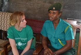 Eine Schülerin aus Kanada spricht im Schulferien - Special Menschenrechte in Ghana mit einer Einwanderungsbeamtin über Kinderhandel im Land.