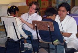 Ein Schüler sammelt im Medizin - Praktikum in Bolivien erste Praxiserfahrungen im medizinischen Bereich, die ihm für sein bevorstehendes Medizinstudium von Vorteil sein werden.