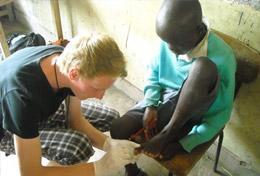 Wenn du nach dem Schulabschluss im medizinischen Bereich tätig werden möchtest, kannst du wie dieser Freiwillige erste Praxiserfahrung im Schulferien - Special sammeln.