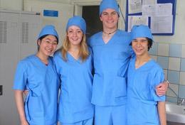 Eine Gruppe von Schüler/innen in einer Klinik in Ulan Bator, wo sie ihr Schulferien - Praktikum Medizin absolvieren.