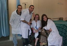 Unsere Freiwillige zusammen mit dem medizinischen Fachpersonal in einer Klinik in Nepal.