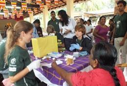 Eine Freiwillige im Medizin - Praktikum in Sri Lanka sammelt Erfahrung in einer Gesundheitskampagne auf dem Land, wo sie lernet, die Gesundheitswerte von Patient/innen zu messen.