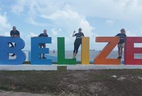 Freiwillige im Schulferien - Special Public Health erkunden an ihrem Wochenende eine Strandpromenade in Belize.