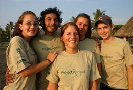 Freiwillige im Schulferien - Special in Mexiko vor ihrer Unterkunft in der Nähe des Pazifikstrandes.