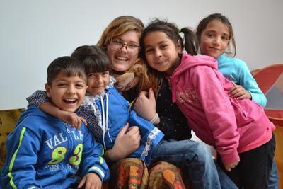 Eine Freiwillige mit ihrer Gruppe von Kindern in unserer Partnereinrichtung in Brasov.