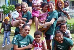 Schülerinnen und Schüler aus der ganzen Welt sind in ihren Ferien zusammengekommen, um sich auf den Fidschi - Inseln sozial zu engagieren.