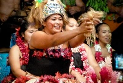 Frauen in Fasito't Tai, in dem du deine Schulferien mit Freiwilligenarbeit verbringen kannst, tanzen während eines Dorffestes in traditionellen samoanischen Roben.