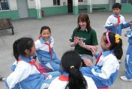 Auf dem Hof im Kindergarten in Chengdu in China spielt eine Freiwillige im Schulferien - Special mit den Kids.